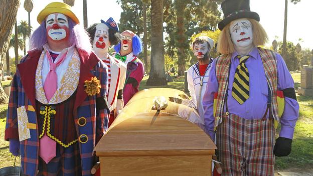 Un señor se entera que el tio de su amigo acaba de morir, por lo que va a su funeral, ahi encuentra a su amigo muy trist…